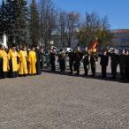 Затем знаменная группа возглавила курсантский строй, и начался благодарственный молебен