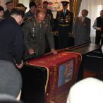 В ритуале прибивания знамени к древку принимали участие гости...