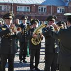 Под звуки марша в исполнении Оркестра 38-го Отдельного полка связи ВДВ России...